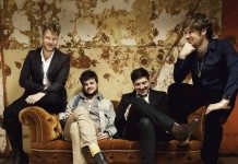 Mumford and Sons en una sofá con las paredes despintadas