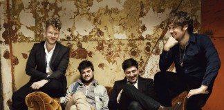 Mumford and Sons en una sofá con las paredes despintadas