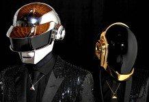 Daft Punk con reflejo en los cascos