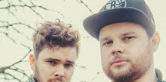Royal Blood con ramas de árboles al fondo