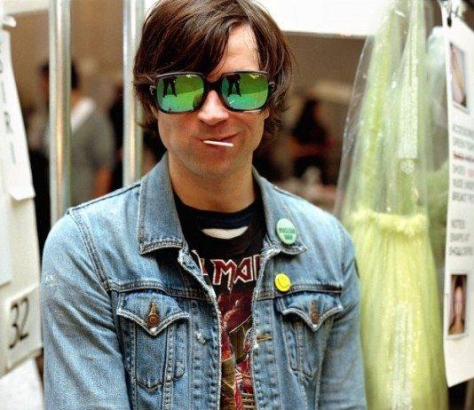 Ryan Adams con gafas de cristal verde