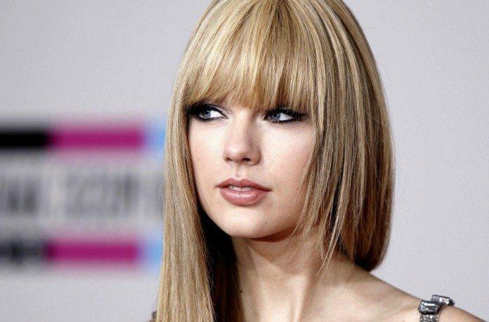 Taylor Swift con el pelo liso y flequillo