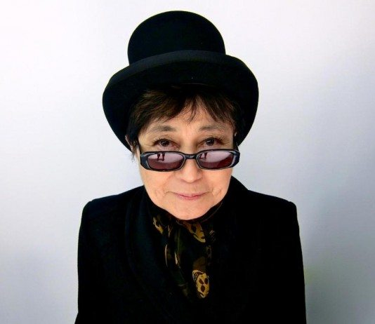 Yoko Ono con gafas y sombrero