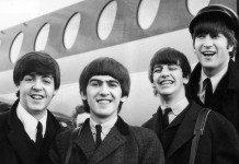 The Beatles frente a un avión, en blanco y negro