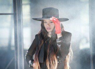 Azealia Banks con sombrero y guantes rojos.