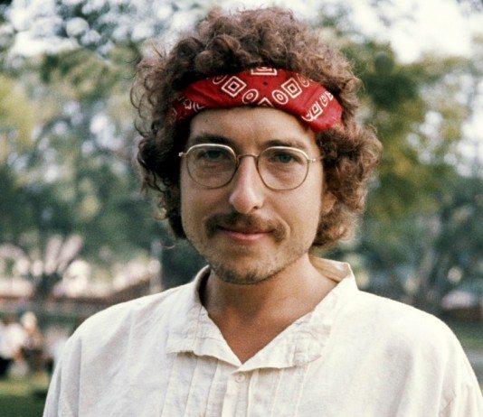 Bob Dylan con pañuelo y gafas en los años setenta.