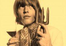Brian Jones sujeta una copa de vino y un tridente.
