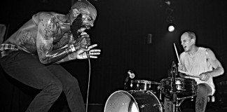 Death Grips en directo en una imagen en blanco y negro.