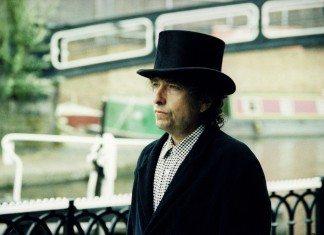 Bob Dylan con sombrero en la calle