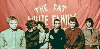 Fat White Family frente a la bandera roja.