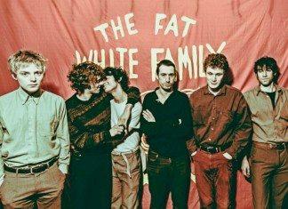 Fat White Family frente a la bandera roja.