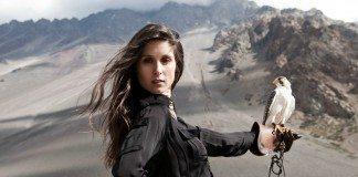Francisca Valenzuela sujeta un halcón en mitad de las montañas-
