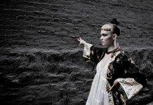 Grimes con un kimono en una pared de piedra.