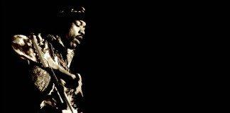 Jimi Hendrix tocando con fondo negro