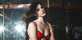 Lana Del Rey con ropa interior roja en una discoteca.