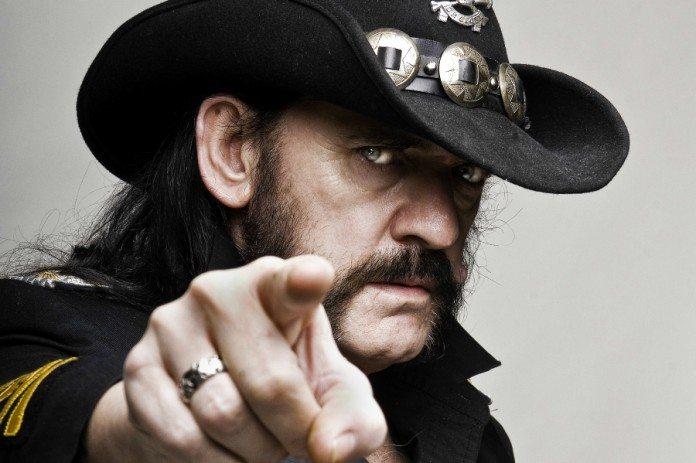 Lemmy Kilmister señalando con el dedo