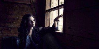 Lana Del Rey en la ventana de una habitación a oscuras