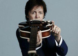 Paul McCartney con el bajo apuntando a la cámara
