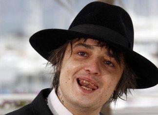 Pete Doherty con un sombrero negro, sonriendo