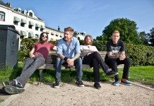 Mastodon sentados en un banco en el parque