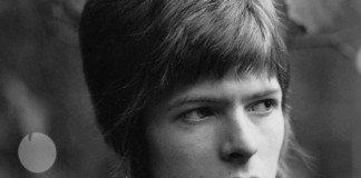 Primer plano de David Bowie en su juventud en blanco y negro.