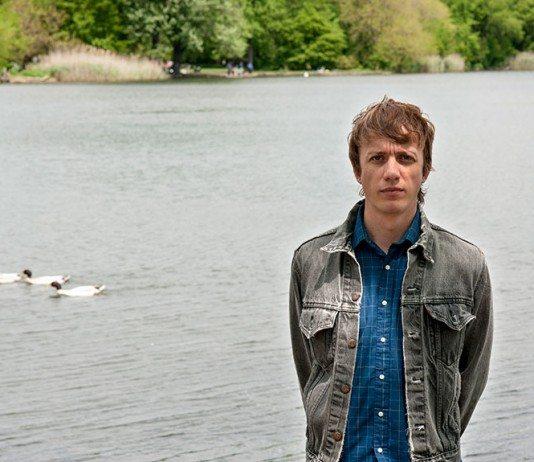 Steve Gunn en un lago