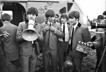The Beatles en la grabación de una película delante de un helicóptero.