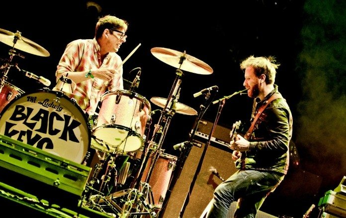 The Black Keys tocando en directo en un escenario