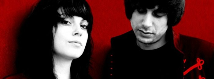 The Last Internationale en una foto en rojo y negro.