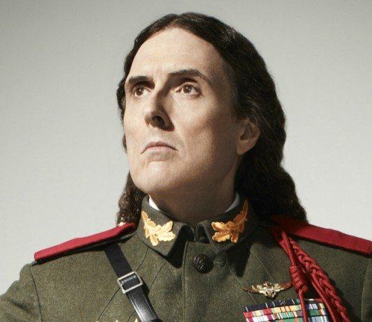Weird Al Yankovic vestido de militar
