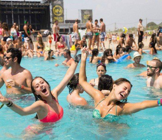 Chicas en la piscina del Arenal Sound 2014 con el escenario de fondo