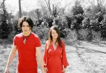 Thw White Stripes de rojo con el fondo en blanco y negro