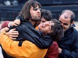 Liam Gallagher intentando besar a su hermano Noel de Oasis