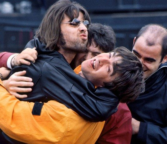 Liam Gallagher intentando besar a su hermano Noel de Oasis