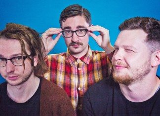 Alt-J en una pared azul