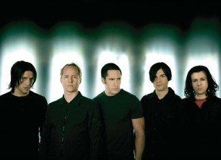 Nine Inch Nails con luces tras la cabeza