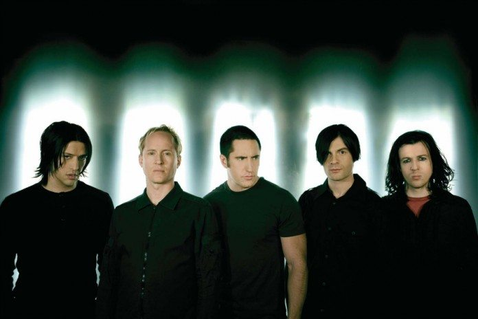 Nine Inch Nails con luces tras la cabeza