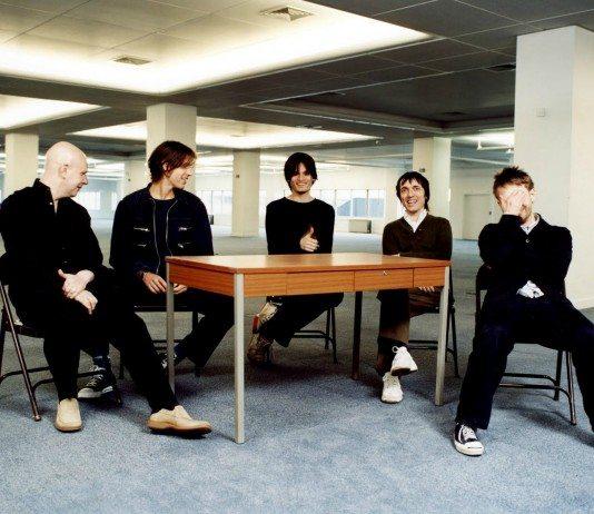 Radiohead en una mesa en una oficina vacía en el 2000