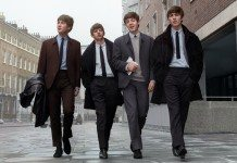 The Beatles caminando por la calle