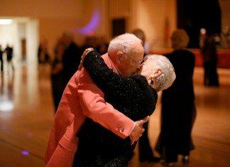 Ancianos besándose en un baile.