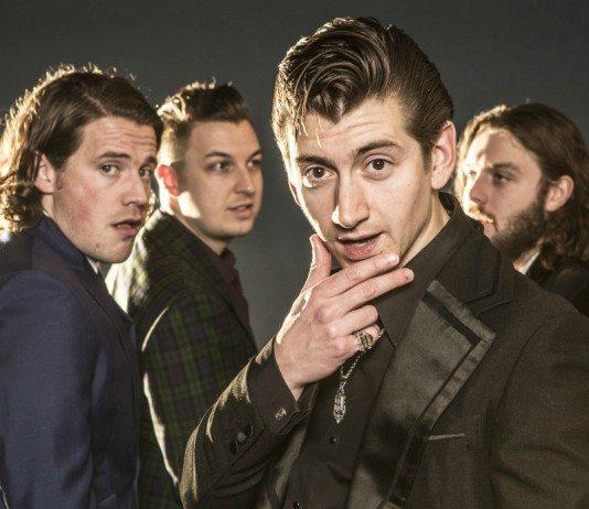 Arctic Monkeys con Alex Turner enfocado y un fondo oscuro