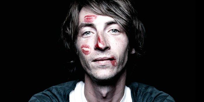 El Brindador con pintalabios en la cara.