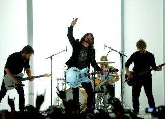 Foo Fighters en directo con luces blancas