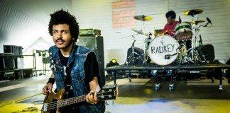 El guitarrsita de Radkey en directo con los ojos en blanco.