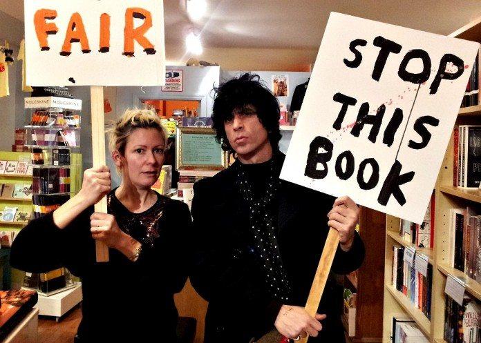 Ian Svenonius sujetando una pancarta.
