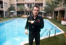 Joe Strummer en una piscina