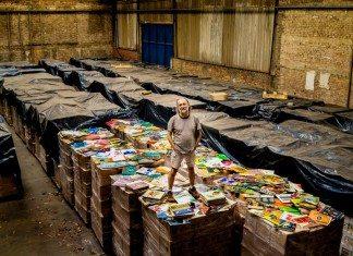 Zero Freitas con su colección de discos