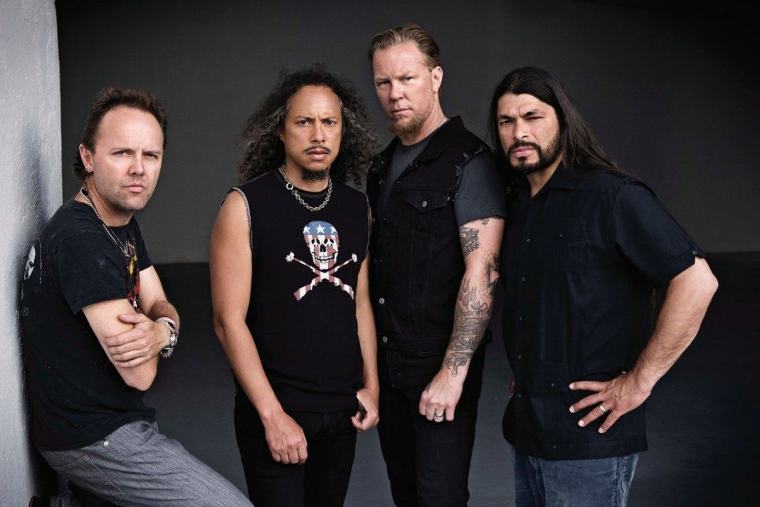 Metallica en una pared blanca