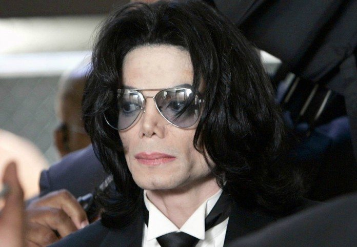 Michael Jackson con gafas bajo un paraguas