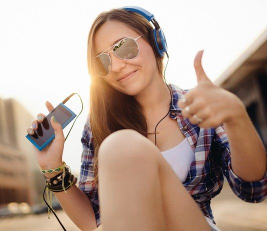 Chica escuchando música en un móvil